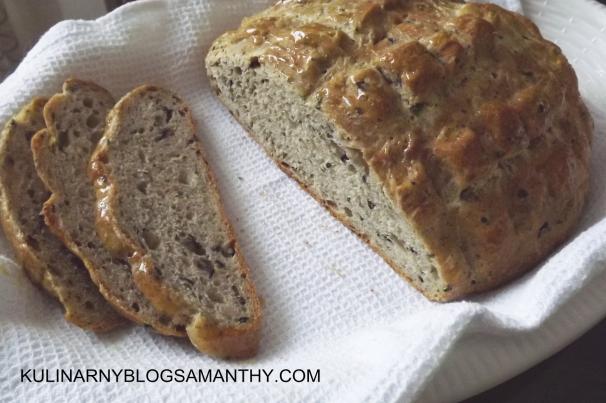 chleb z oliwkami i parmezanem
