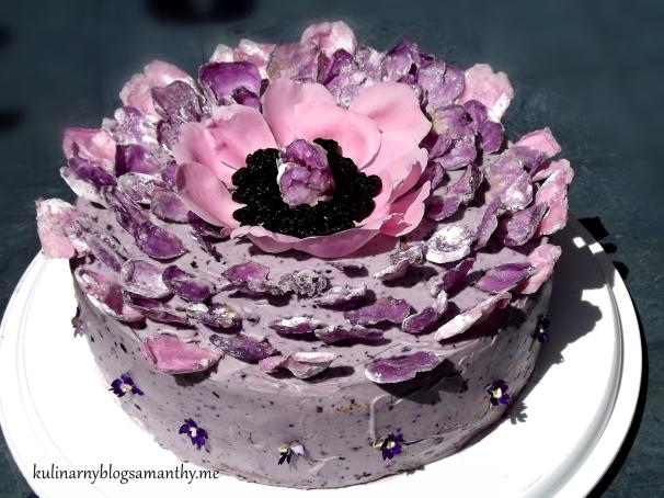 Tort jagodowy z płatkami róż