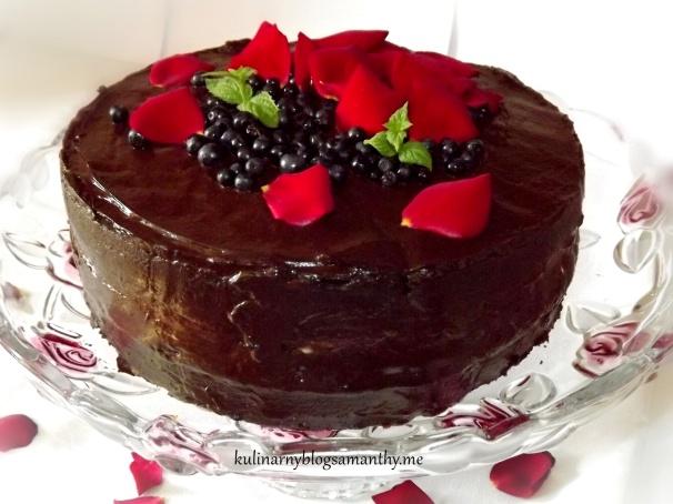 Tort czekoladowy z jagodami