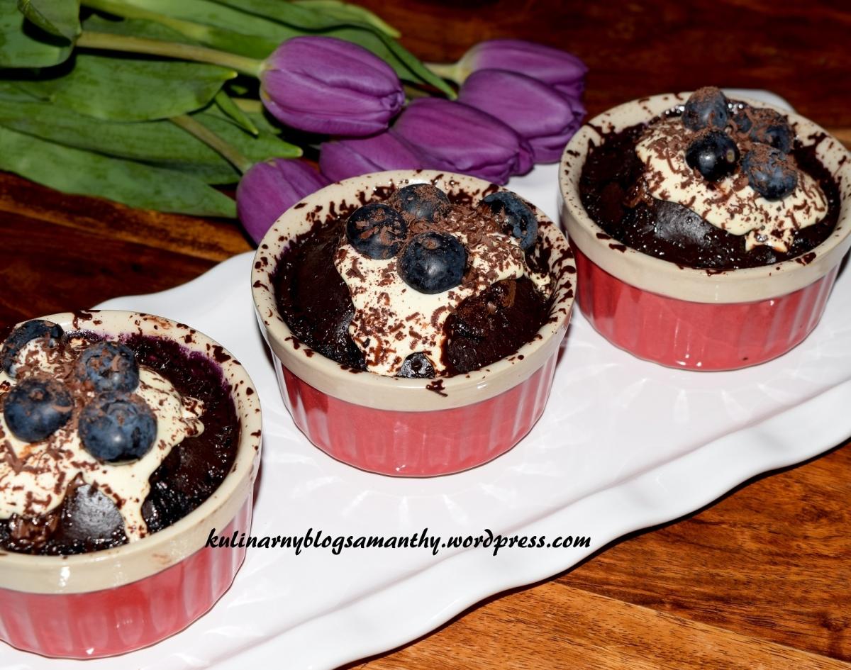 Pudding czekoladowy z borówkami